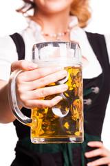 junge Frau im Dirndl mit Bierkrug