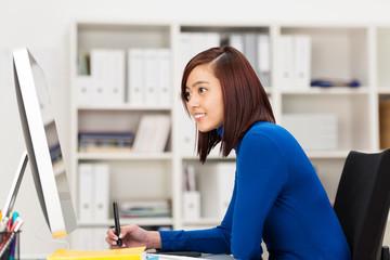 kreative junge geschäftsfrau arbeitet am computer
