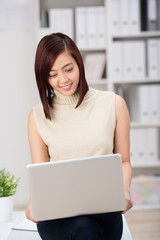 junge mitarbeiterin arbeitet mit laptop
