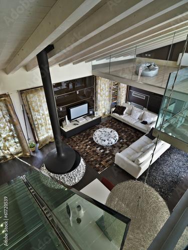 moderno soggiorno con camino\