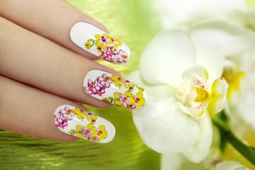Маникюр с орхидеями.
