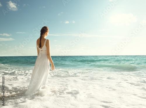 девушка море белое платье брюнетка без смс