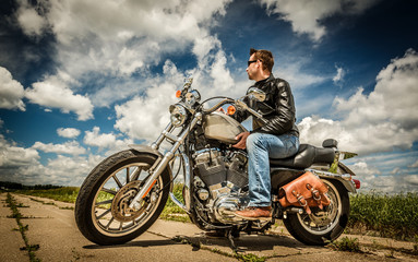 Fototapete - Biker on the road