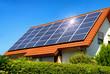 Solardach auf einem Einfamilienhaus reflektiert die Sonne