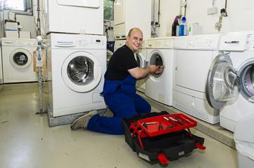 Techniker repariert eine Waschmaschine