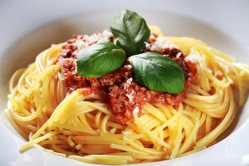 Pasta mit Fleisch und Tomatensauce