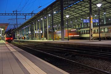 Aluminium Prints Train Station bahnhof bei nacht in olten