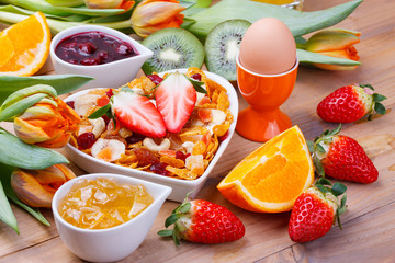 Frühstück mit Müsli und Früchten
