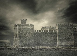 Foto auf Leinwand Befestigung Archaic Foggy Castle