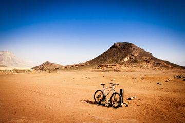 Foto auf AluDibond Wuste Sandig desert bike