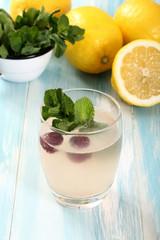 cocktail con limoni e ciliege