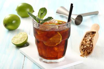 bicchiere con cola ghiaccio e lime