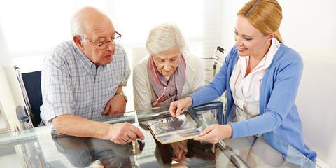 Paar Senioren schaut Fotoalbum an