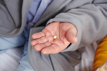 Tablette auf Hand eines Senioren