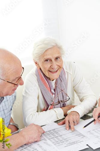 zwei senioren planen versicherung und steuern stockfotos und lizenzfreie bilder auf fotolia. Black Bedroom Furniture Sets. Home Design Ideas