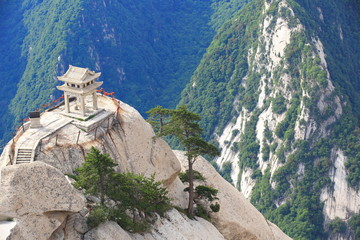 Spoed Foto op Canvas Xian stone pagoda buit on the stone cliff at mountain huashan