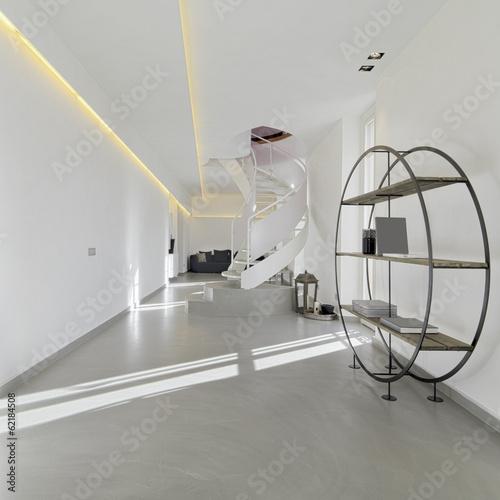 libreria e scala nel soggiorno moderno in mansarda ...