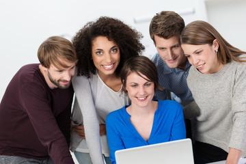 kreatives, junges team arbeitet am laptop