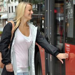 Twen steigt in Linienbus