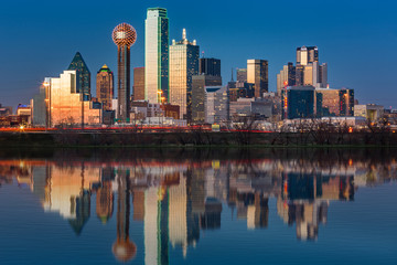 Fototapete - Dallas skyline reflected in Trinity River at sunset