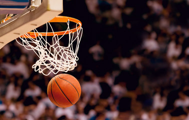 Estores personalizados con tu foto Scoring the winning points at a basketball game