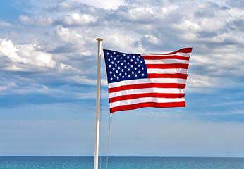 drapeau américain face à la mer