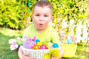 kleiner Junge mit Osternest