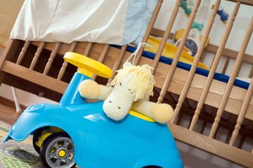 Kinderzimmer mit Spielzeug und Plüschtier