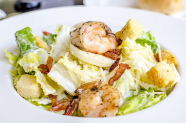 Salad of shrimp and bekon