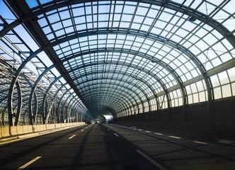 trasa podrozy w przeszklonym tunelu