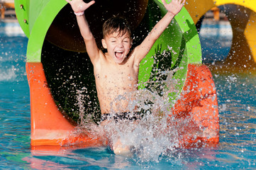 Tuinposter Amusementspark Boy at aqua park