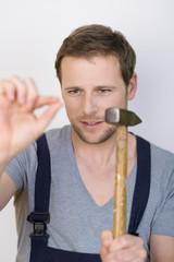 mann mit hammer und nagel