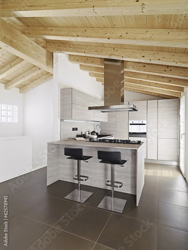 Cucina ad isola moderna con soffitto di legno immagini e for Cucina moderna abbonamento