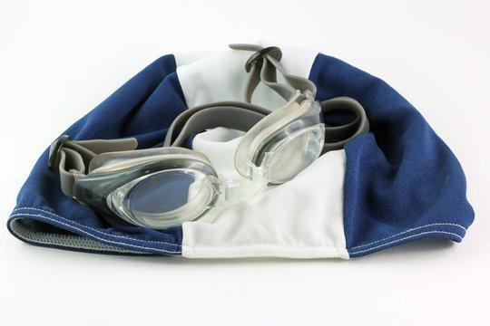 Cuffia e occhialini per piscina