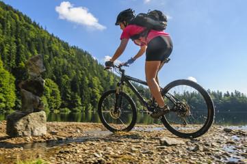 Fototapete - Mountainbikerin