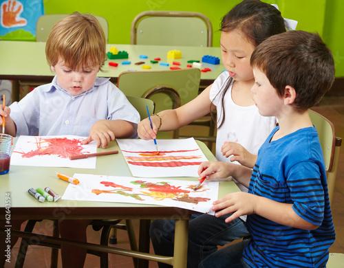 kinder mit farben malen im kindergarten stockfotos und lizenzfreie bilder auf. Black Bedroom Furniture Sets. Home Design Ideas