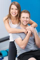 glückliches junges paar im fitness-studio