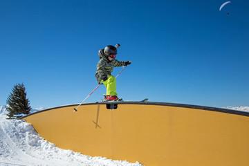 Snowpark : enfant glissant sur un rail