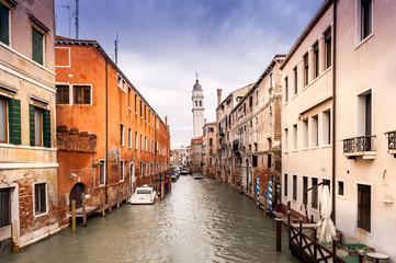 Un canal et un campanile à Venise