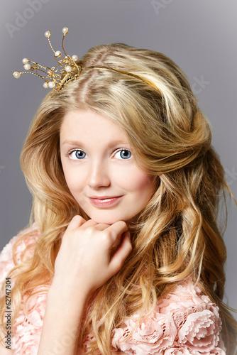 Прически с маленькой короной