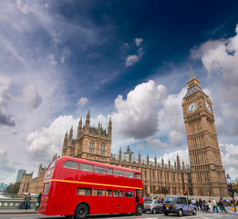 Foto auf Leinwand London roten bus Red bus on Westminster Bridge under a dramatic sky - London