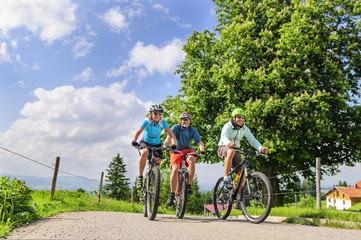 Fototapete - Drei Mountainbiker im Allgäu unterwegs