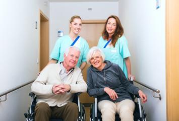 Pflegerinnen mit senioren im Krankenhaus
