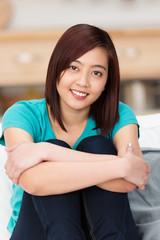 junge asiatische frau zu hause