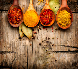 Zelfklevend Fotobehang Kruiden Spices. Curry, saffron, turmeric, cinnamon over wood