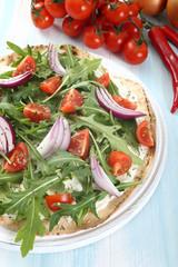 pizza vegetariana cipolla rucola e pomodoro