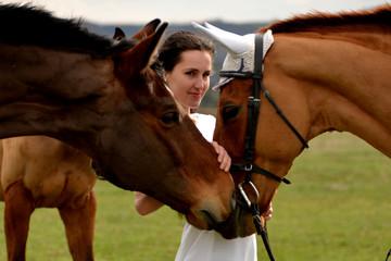 Belle jeune fille avec un cheval
