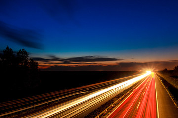 Photo sur Plexiglas Autoroute nuit Cars speeding on a highway