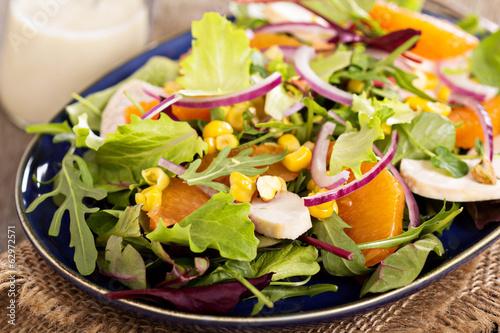 Салат с листьев салата и курицей