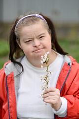 femme trisomique avec un fleur